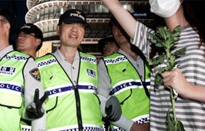 [포토] 세월호 침묵행진 대치 도중 웃으며 V자 포즈 경찰